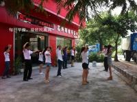 突显GANAS创造健康生活的宗旨,员工们旗舰店门前做晨操